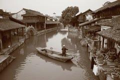 由河沿的一个城镇 库存图片