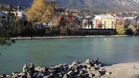 由河沿的晴朗的下午 影视素材