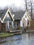 由河的一个小屋 免版税图库摄影