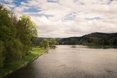 由河的一个晴天在春天初 免版税图库摄影
