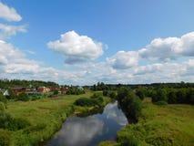 由河的一个村庄 库存照片