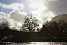 由河的一个美丽的威尔士村庄 免版税库存图片
