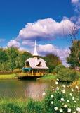 由河的俄国房子 免版税库存照片