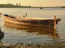 由河的小船日落的 免版税库存照片