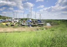 由河的小船 库存照片