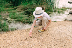 由河的男孩有青蛙的 库存图片