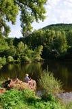 由河的男孩渔 免版税库存图片
