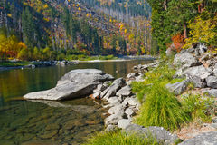 由河的秋天颜色 库存图片