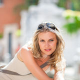 由河的美丽的女孩IsPosing在威尼斯,意大利 免版税图库摄影