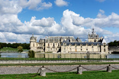 由河的美丽的尚蒂伊城堡 免版税库存图片