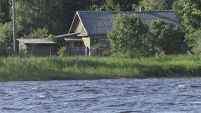 由河的老木房子在夏日 影视素材