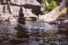 由河的被堆积的岩石 免版税库存图片