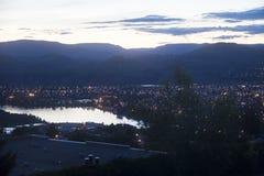 由河的谷镇和山在晚上 图库摄影