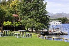 由河的野餐区 免版税库存照片