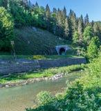由河的铁路隧道 免版税图库摄影