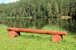 由河的长凳 免版税库存图片