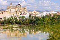 由河的Mezquita大教堂在科多巴 库存图片