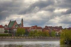 由河维斯瓦河美丽如画的风景的老镇在市华沙,波兰 免版税库存照片