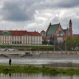 由河维斯瓦河美丽如画的风景的老镇在市华沙,波兰 免版税库存图片
