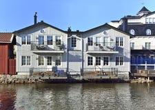 由河Nortälje的白色木房子 免版税图库摄影