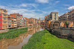 由河Onyar的五颜六色的房子在赫罗纳,卡塔龙尼亚,西班牙 库存照片