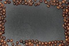 由油煎的棕色咖啡豆做的长方形框架在深灰背景 免版税库存图片