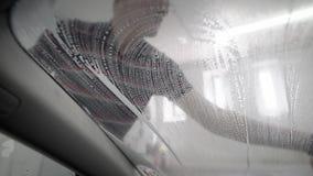 由泡沫海绵的工作者洗涤的汽车 股票录像