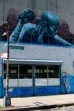 由洗衣店地方的街道画墙壁在布鲁克林,NYC 库存图片