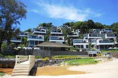 由流动到海滩的海和污水的豪华旅馆 概念性对比生态灾难 库存图片
