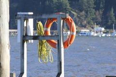 由浪潮起伏的水的救生圈 图库摄影