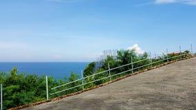 由海和美丽的天空的路 免版税图库摄影