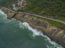 由海和自行车道路的高速公路 在海旁边的柏油路 汽车广告背景 图库摄影