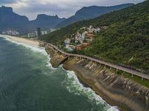 由海和自行车道路的高速公路 在海旁边的柏油路 汽车广告背景 免版税库存照片