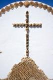 由海壳做的十字架。费埃特文图拉岛,加那利群岛。 库存照片