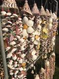 由海壳做的项链在纪念品市场失去作用 库存图片