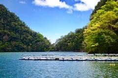 由海岛的湖 图库摄影