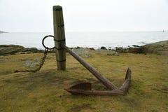 由海岸的一个老船锚在Valberg,瑞典 免版税图库摄影