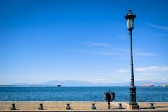 由海岸线的一根路灯柱 图库摄影