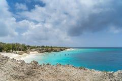 由海库拉索岛景色的主任海湾 免版税库存图片