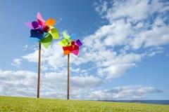 由海戏弄绿色能量风力场的风车概念 免版税图库摄影