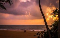 由海洋的日落 免版税库存照片