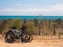 由海洋的自行车 免版税库存图片