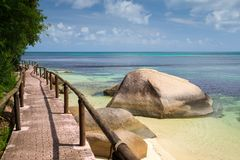 由海洋的路有大石头和绿色植物的 库存照片