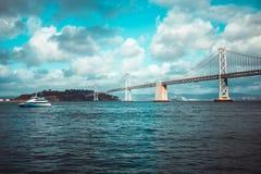 由海湾桥梁的游艇通行证 免版税库存图片