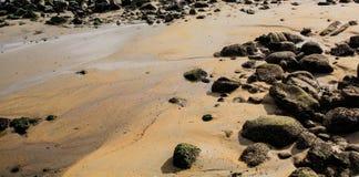 由海湾的岩石岸 免版税图库摄影