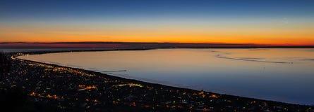 由海湾的日落全景 免版税库存图片