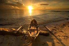 由海滩的小船 免版税库存图片
