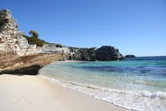 由海滩的岩石 免版税图库摄影