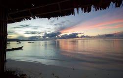 由海滩的美好的日出在王侯ampat群岛 图库摄影