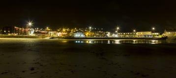 由海滩的Perranporth镇在有薄雾的夜 免版税库存图片
